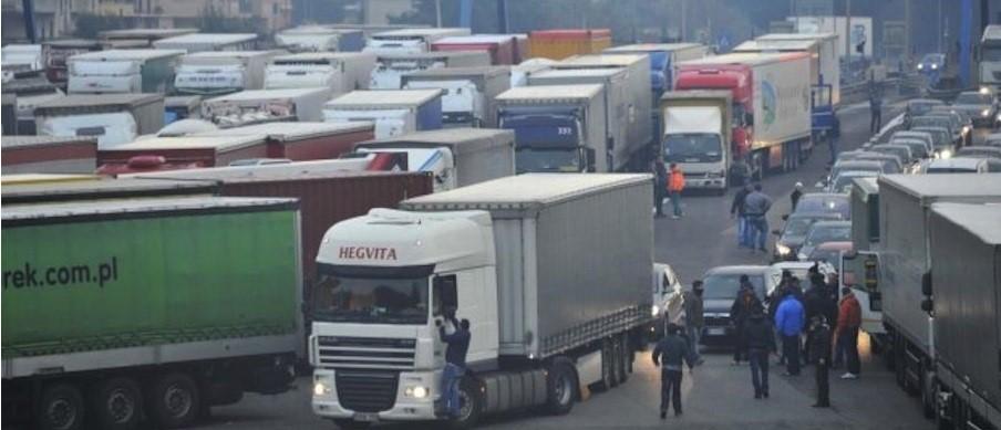 Россия приостановила движение грузовых транспортных средств, зарегистрированных на Украине